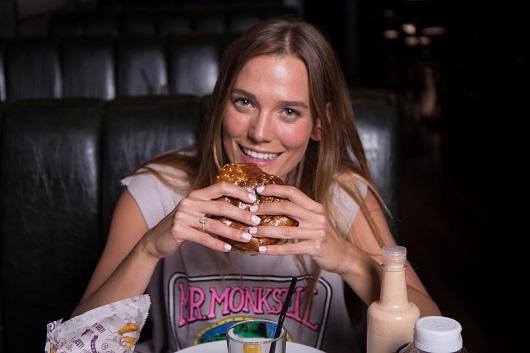 דנה פרידר רגע לפני חתונתה בולסת המבורגר בצילומי קמפיין להמבורגר הטוב בעולם. צילום גבע טלמור