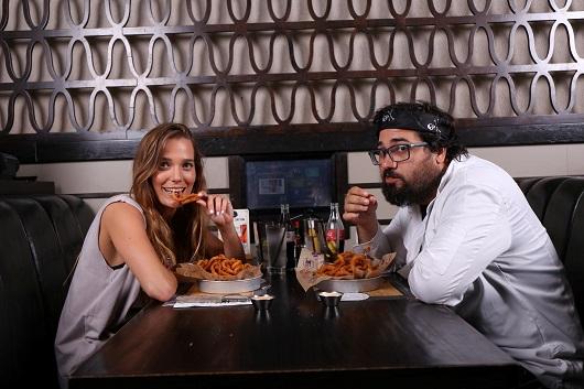 טל טירנגל ודנה פרידר בולסים את ההמבורגר הטוב בעולם ב-BBBצילום גבע טלמור