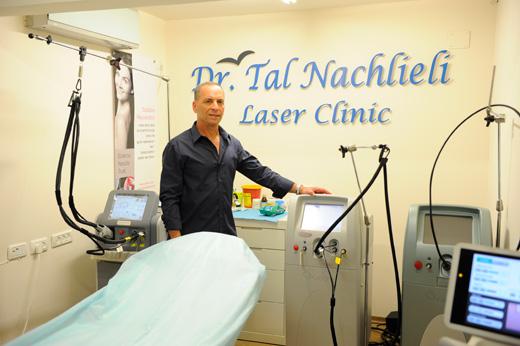 """ד""""ר טל נחליאלי במרפאת הלייזר החדשה שלו. צילום: הדס מועלם"""
