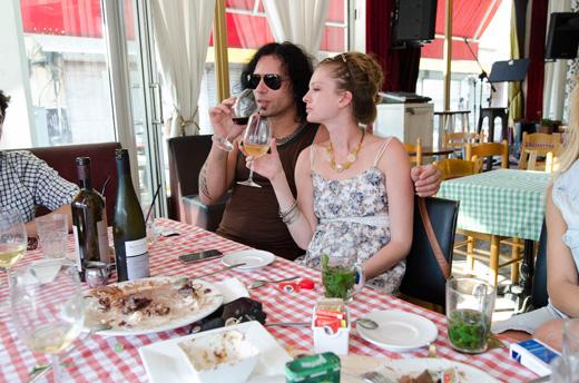 סקאזי ובת זוגתו פותחים שולחן. צילום: יניב כהן