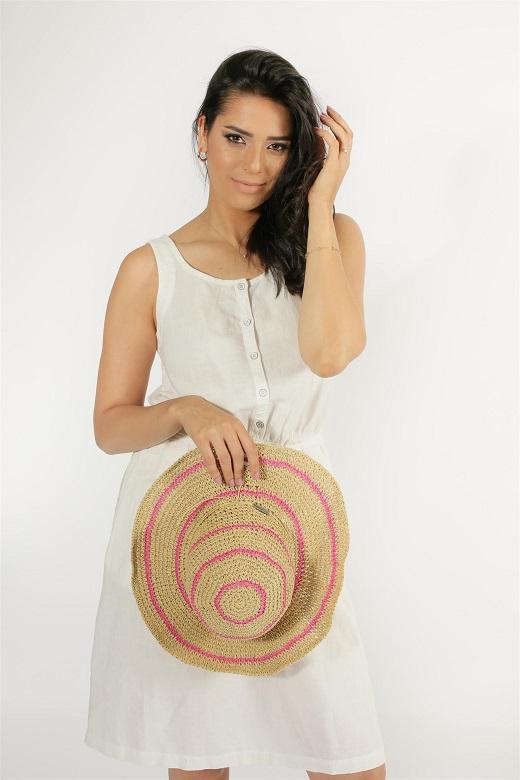תיק+כובע-אאוטסיידרס קולומביה עגילי- גראס. צילום ג'ורג' ביתרס איפור- אילמקיאג'