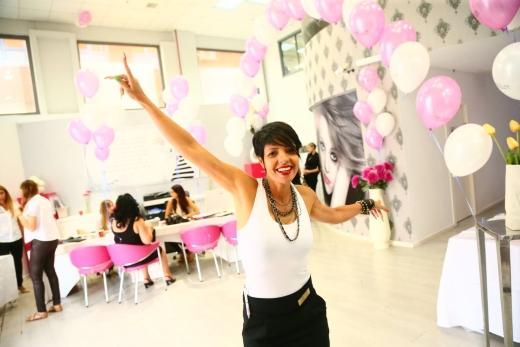שרון בוסקילה - מורה בכירה לבניית ציפורניים בבית הספר הגבוה למקצועות היופי נאוה קולאז' נאוה קול, סמדר קלצ'ינסקי ותלמידת בית הספר הגבוה למקצועות היופי נאוה קולאז' Top Beauty אירוע היופי הנוצץ של השנה התקיים  בבית הספר הגבוה של נאוה קולאז' צלם :בועז אוחנה
