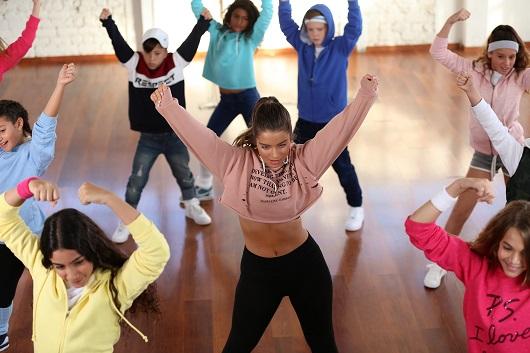 נועה קירל הופכת למורה לריקוד לקמפיין החורף של מותג FOX KIDS