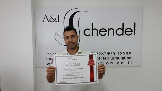 בתמונה סימון אדרי שסיים קורס הדמיית זקיקי שיער בשיטת עדי שנדל