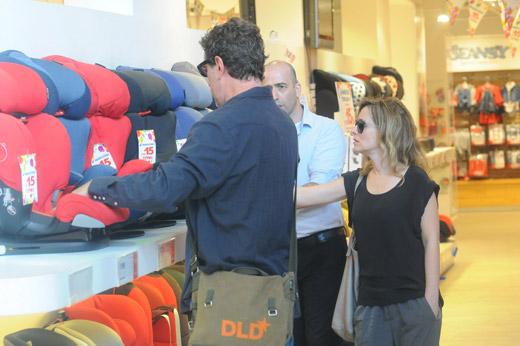 עלמה זק ובעלה אלון נוימן נצפו בחנות שילב מחפשים בוסטר לילדה. צילום: ברק  פכטר