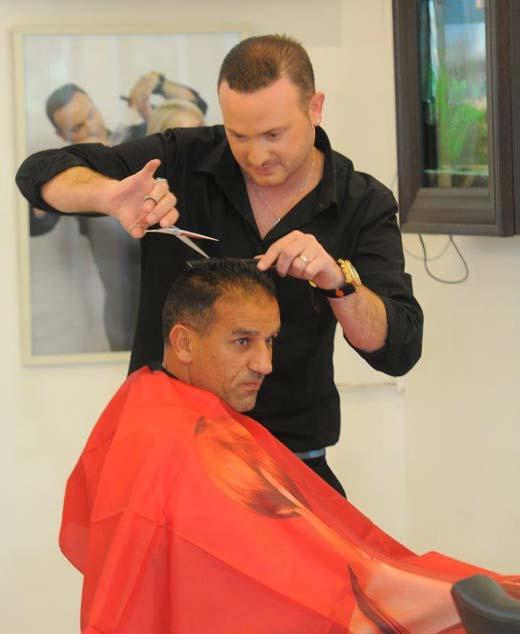 בתמונה אלון מזרחי וקובי שץ מעצב השיער