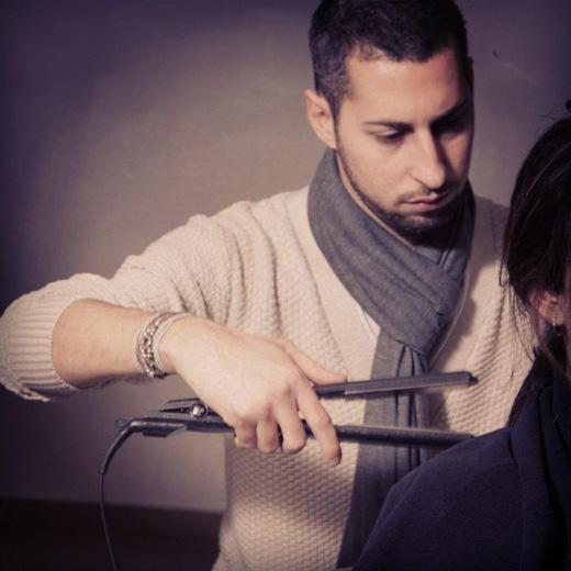 בתמונה מעצב השיער רועי אמזלג