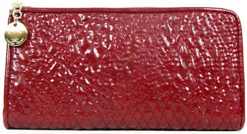 רשתרשת  VINCE CAMUTO משיקה ליין של נעליים ותיקים בצבע אדום