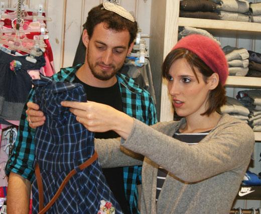 שושי (עקיבא) ושושה (ענהאל) בוחרים בגדים. צילום: רן פקין.