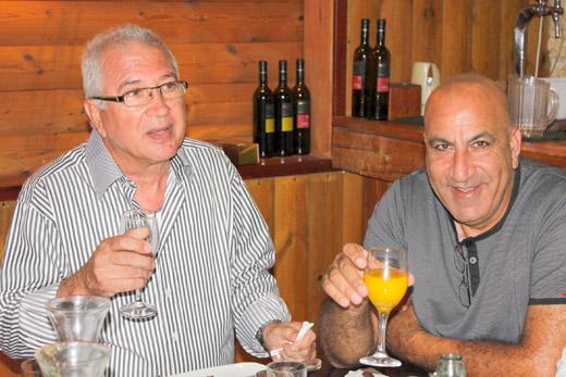 מנהלי חברת 'גדעון קוסמטיקס' מרימים כוסית לשנה החדשה