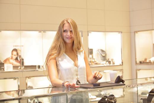אסתי גינזבורג בוחרת תכשיטים. צילום: שוקה כהן