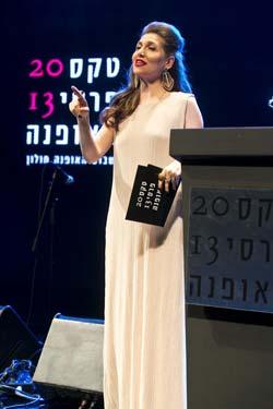 קרן מור מנחה בטקס פרסי האופנה הישראלי 2013