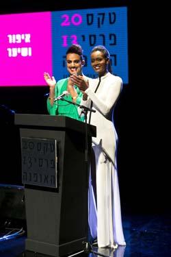 טהוניה מעניקה פרס בטקס פרסי האופנה הישראלי 2013