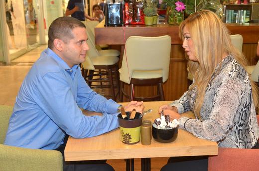 ליהיא גרינר סוגרת עסקאות בפתיחת סניף קפה גרג עם צביקה רוזנטל מנכל קניון לב אשדוד, צילום אלעד גוטמן