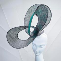 כובע מתערוכת הכובעים של סטיבן גונס