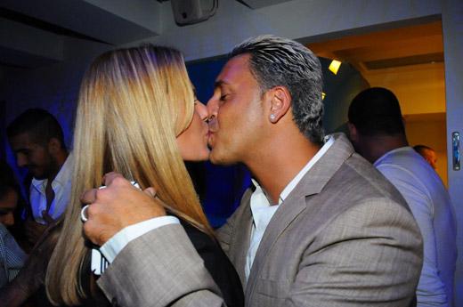 בתמונה קובי פרץ ואשתו