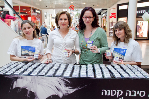 אילנית גריוביץ ברגר ונאווה ברק בדוכן עלם בקניון רמת אביב. צילם סטודיו לם וליץ
