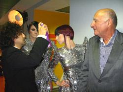 מר גד מנור שקיבל תעודת הוקרה על תרומתו לענף השיער בישראל