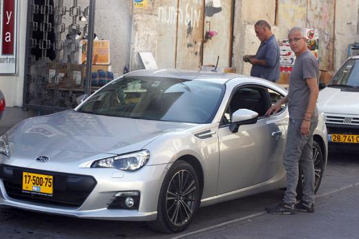אורי גוטליב ורכב הקופה ספורט. צילום: פז בר