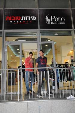 טום ומוטי תופרים חליפות_בחנות מידות טובות בבני ברק. צילום ברק פכטר