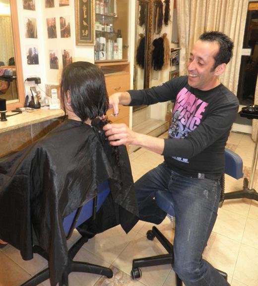 רמי מזרחי - תורמים שיער לעמותת זיכרון מנחם