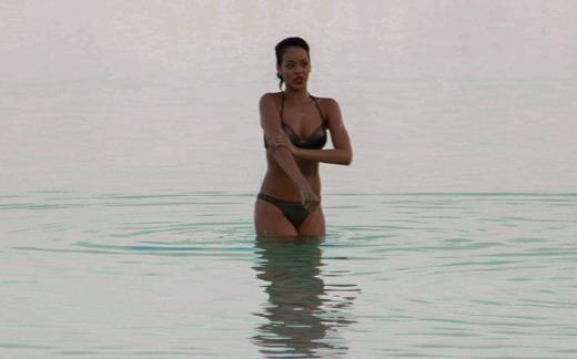ריהאנה אומנם באה לביקור קצרצר אך לא וויתרה על הביקיני
