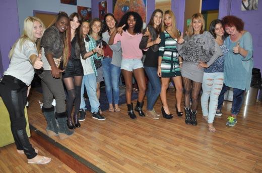 בתמונה רוסלנה רודינה והנערות בבית השנטי