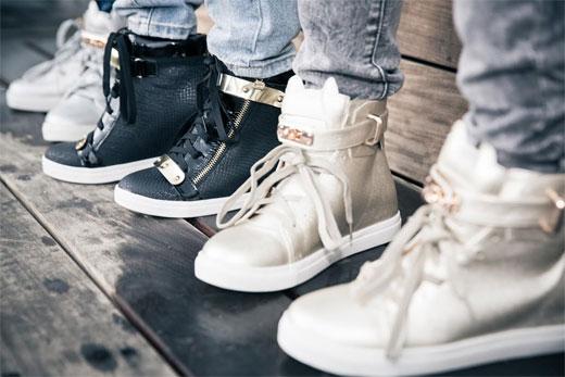 אתר המכר לנעליים  מציע, כל עוד נעים בחוץ, להצטייד בסניקרסים