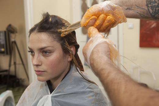 אסף שלום צובע ללירז דרור את השיער לכתום. צילום: לם וליץ סטודיו