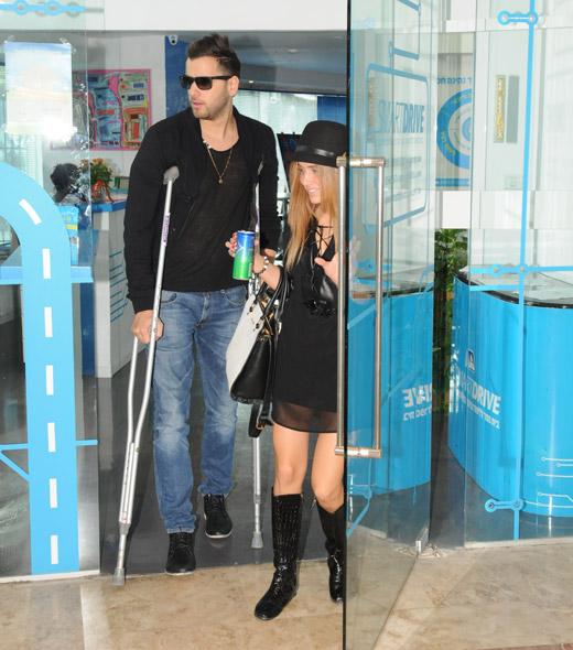 טום קשתי על קביים בגלל ניתוח ברגל
