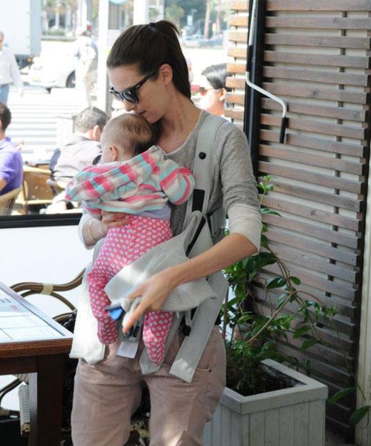 יעל גולדמן עם בתה השנייה תהילה