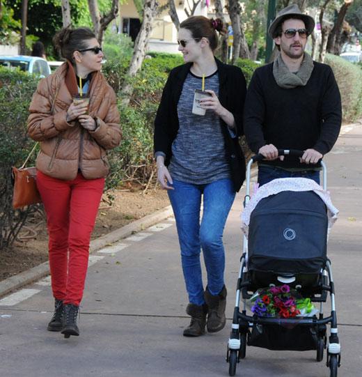 יעל גולדמן ואורי פפר בטיול עם הילדה. צילום: יגל בר קמה.