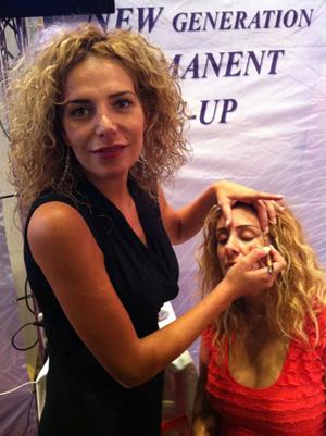 מיטל שמשי מדריכה בכנס קוסמטיקאיות- איפור קבוע והדגשת תווי פנים