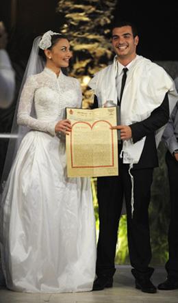 מאיה בוסקילה ובעלה מתן כהן מציגים את הכתובה.