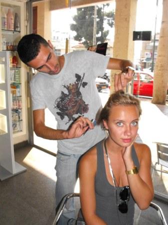הדוגמנית קטייה מתפנקת אצל מעצב השיער רפאל אברמוב