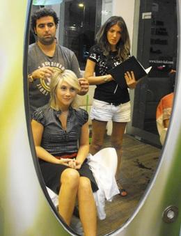 אמיר קל ומיכל היפיפיה במהלך עיצוב השיער. צילום: בראש - פורטל יופי ישראלי.