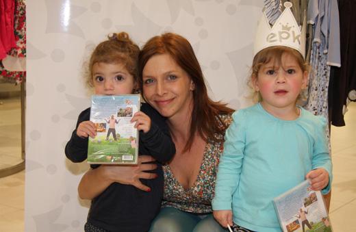 חג פורים לסלבס ולילדים - נתי קלוגר והבנות. צילום: אסף לב.