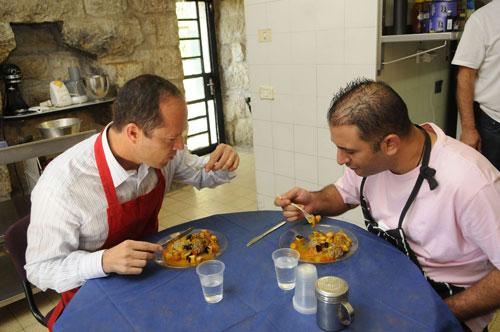 ראש עיריית ירושלים ואבי לוי מבשלים יחד