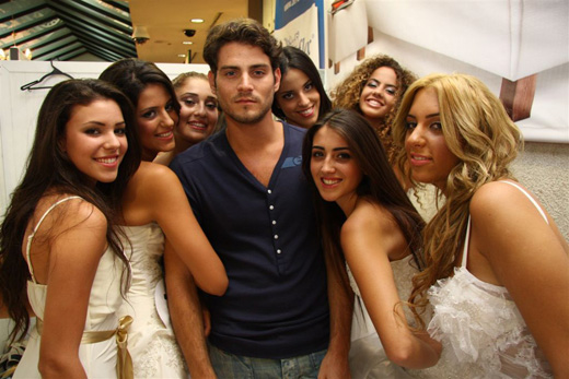 אדריאנו חאובל והמתמודדות בתחרות מיס ירושלים