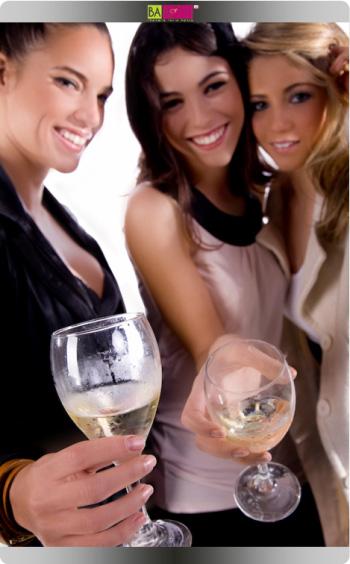 אז נרים כוס יין. נטלי דדון, צליל סלע, חברה וכוס יין. צילום: סטודיו im.