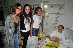המתמודדות בתחרות נערת השנה של הגרנד קניון מחלקות מתנות לילדים