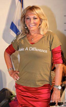 מעצבת האופנה דינה בר אל מדגמנת את חולצת הקמפיין Make A Difference.