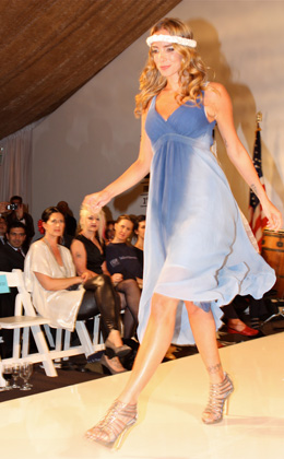 שרי גבעתי פותחת את תצוגת האופנה בשמלה בעיצוב Gypsy 05