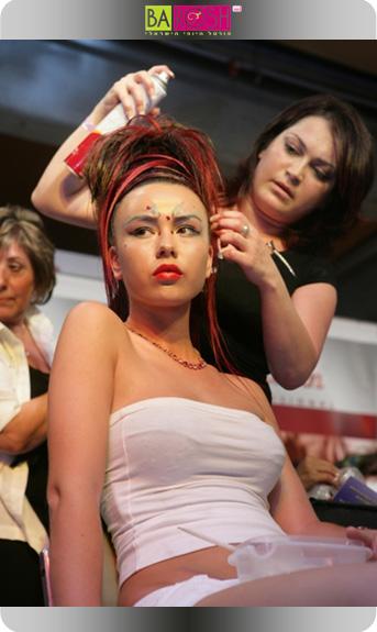 אנג'לה מתאמנת לקראת תחרות תסרוקות כלות וערב באיטלקית.