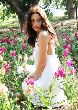 שירלי בוגנים בשדה פרחים. צילום: רפי דלויה.