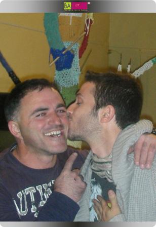 ליאון שיינדרובסקי נפרד מהג'קוזי ומעניק נשיקה לבבית לפועל של HOTSPRING