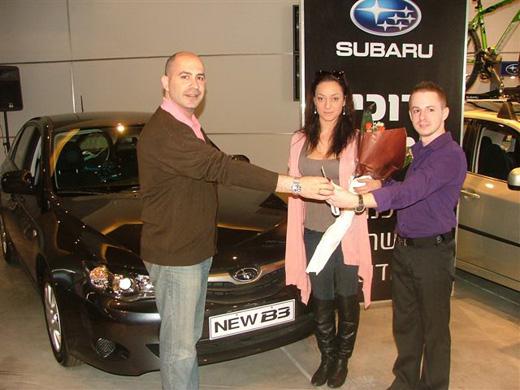 מימין לשמאל: אסף גינצבורג, אנה ארונוב ושי לביא, מנהל מכירות מותג פרטי בסובארו.
