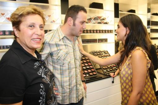 ניקי גולדשטיין ואימו עם לירז צ'רכי