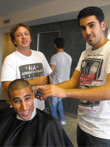 בועז מעודה מתקצץ אצל רפי חובב. צילום: בראש - פורטל יופי ישראלי.