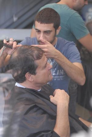 דודו טופז מעצב את השיער
